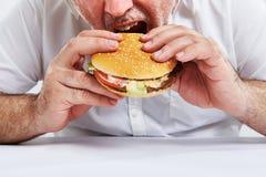hamburgare som äter mannen Arkivfoton