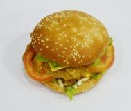Hamburgare - stor saftig hamburgare på vit bakgrund - brännboll Royaltyfri Fotografi