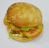 Hamburgare - stor saftig hamburgare på vit bakgrund - brännboll Royaltyfria Foton