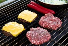 hamburgarehundar grill varmt Arkivfoto