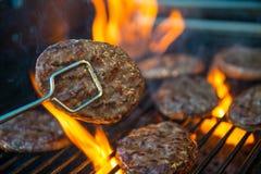 Hamburgarekött på grillfest Arkivbild