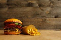 Hamburgerów i francuza dłoniaki zdjęcia stock