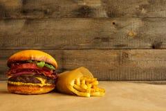 Hamburgerów i francuza dłoniaki zdjęcie stock