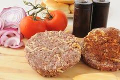 Hamburgerów surowi paszteciki Fotografia Stock