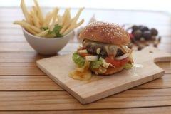 Hamburger épicé avec du fromage fondu Image stock