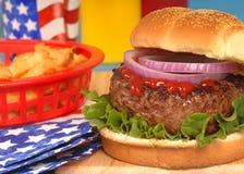 Hamburger in 4. der Juli-Einstellung Lizenzfreies Stockfoto