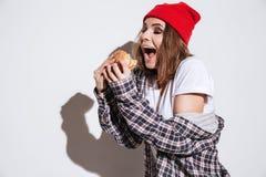 Hamburger affamato della tenuta di signora Fotografia Stock Libera da Diritti