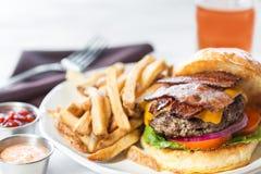Hamburger allevato ad erba del bacon Fotografie Stock Libere da Diritti