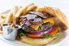 Hamburger allevato ad erba del bacon Fotografia Stock Libera da Diritti