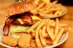 Hamburger américain traditionnel, fraîchement pommes frites et pépites de poulet Photographie stock libre de droits