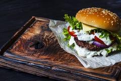 Hamburger americano su un bordo di legno anziano Immagine Stock Libera da Diritti