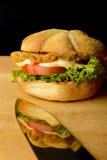 Hamburger appétissant de poissons avec la réflexion sur un couteau Photo libre de droits
