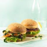 Hamburger appétissant des verts frais de vegetableand sur le fond bleu Le concept de la nourriture saine végétarienne Régime de c image stock