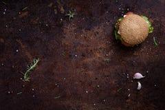 Hamburger arrostito del manzo con lattuga e maionese su una tavola o su un contatore rustica Copyspace, disposizione piana, sopra fotografia stock