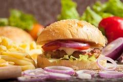 Hamburger arrostito saporito del manzo Immagini Stock Libere da Diritti