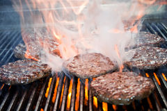 Hamburger auf dem Grill lizenzfreies stockbild