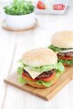 Hamburger auf dem Tisch. Lizenzfreie Stockfotos