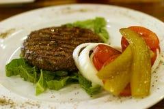 Hamburger auf Teller Lizenzfreie Stockfotos
