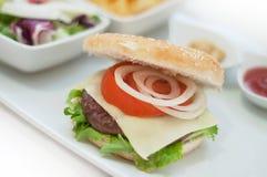 Hamburger avec de la salade Image stock