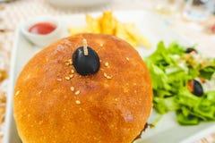 Hamburger avec de la salade et des pommes chips Photo stock