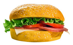 Hamburger avec de la salade, le fromage, le jambon et des tomates Avec un chemin pour le découpage Images libres de droits
