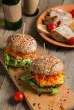 Hamburger avec de la viande et des légumes sur une table en bois Image stock