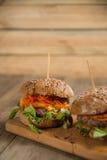 Hamburger avec de la viande et des légumes sur une table en bois Photographie stock libre de droits