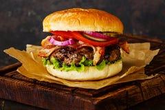 Hamburger avec de la viande et le lard Photographie stock libre de droits