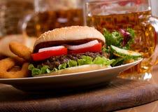 Hamburger avec des légumes Photographie stock