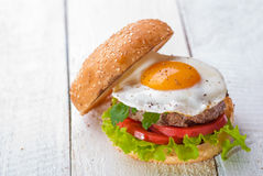 Hamburger avec des oeufs au plat Image stock
