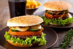 Hamburger avec des pommes chips Photos stock