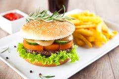 Hamburger avec des pommes chips Image stock