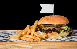 Hamburger avec des pommes de terre sur la table Images stock
