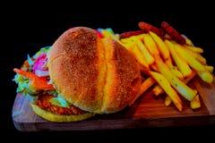 Hamburger avec des pommes frites Photos libres de droits