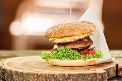 Hamburger avec du boeuf, le fromage, la tomate et la laitue photo libre de droits