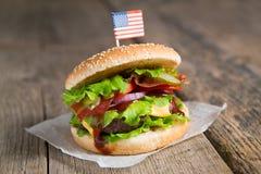 Hamburger avec du boeuf, oignon, fromage, sauce barbecue Image stock