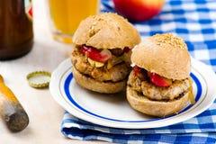 Hamburger avec du porc et la pomme photographie stock
