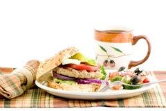 Hamburger avec l'alvocado photographie stock libre de droits