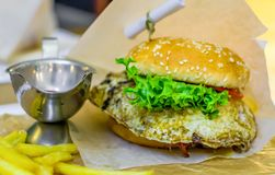 Hamburger avec l'oeuf photographie stock
