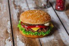 Hamburger avec la côtelette grillée image stock