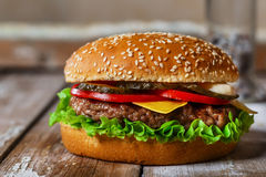 Hamburger avec la côtelette grillée Photo stock