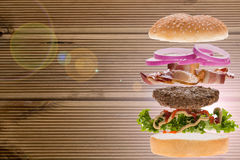 Hamburger avec le fond en bois Photos stock