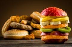Hamburger avec le fruit Images stock