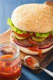 Hamburger avec le ketchup de tomate d'oignon de laitue de petit pâté de boeuf Image libre de droits