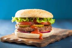 Hamburger avec le ketchup de tomate d'oignon de laitue de petit pâté de boeuf Photographie stock