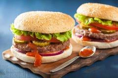 Hamburger avec le ketchup de tomate d'oignon de laitue de petit pâté de boeuf Images stock