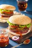 Hamburger avec le ketchup de tomate d'oignon de laitue de petit pâté de boeuf Photo stock