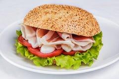 Hamburger avec le lard Photographie stock libre de droits