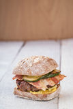 Hamburger avec le lard Images stock