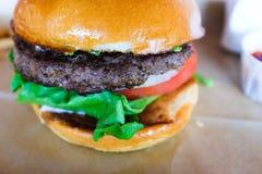 Hamburger avec le petit pain, la laitue, et la tomate frais brillants photos libres de droits